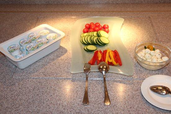 Gehrden, Germany: Frühstück Tomaten/Gurken/Paprika sowie Frischkäse und Mozarella