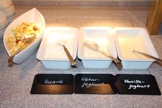 Gehrden, Germany: Obstsalat, Quark und Yoghurt