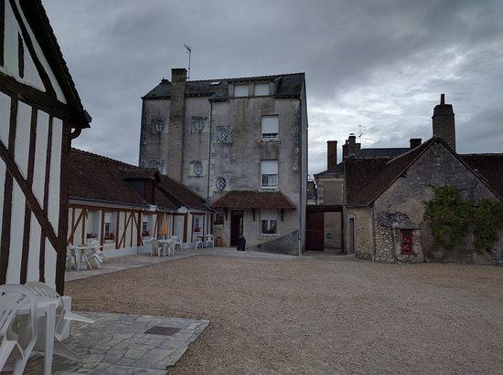 Hotel du Cygne : Inside courtyard showing main building and ground floor rooms.