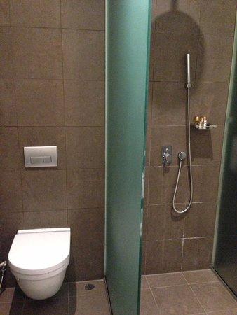 Park Regis Singapore: Bathroom