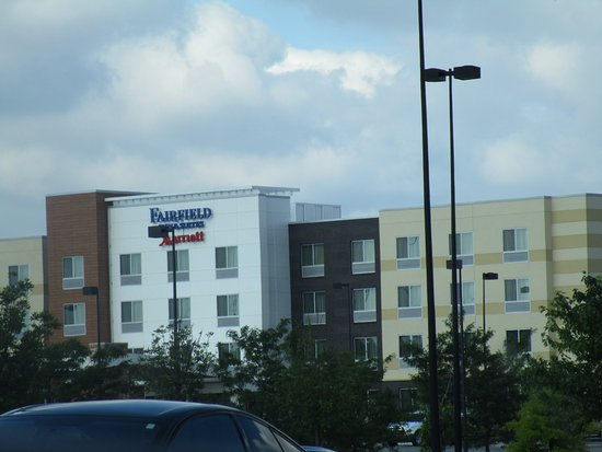 Wentzville, MO: This hotel is in a shopping complex, but can be seen from the main road.