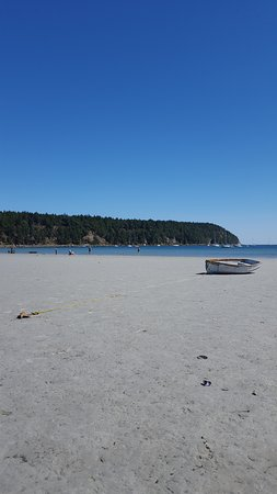 Hornby Island, Canada: Boat on the beach