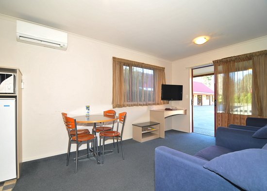 ASURE Scenic Route Motor Lodge: Two Bedroom Living Area
