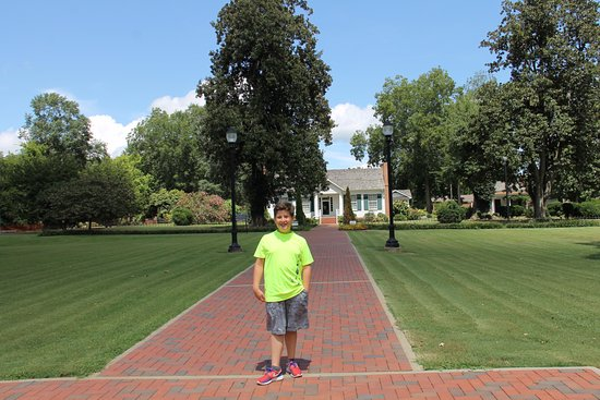 Tuscumbia, AL: The meticulously maintained property of Ivy Green.