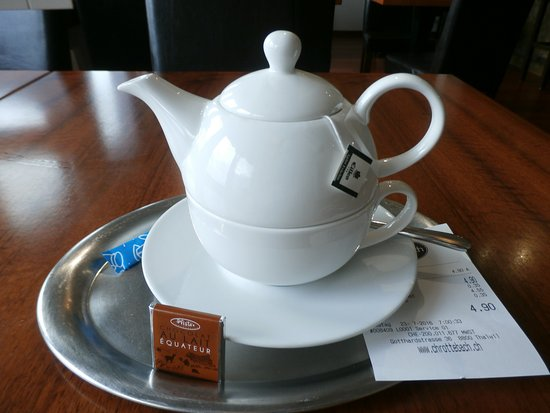 Thalwil, Zwitserland: Nice tea set, also a small piece of chocolate