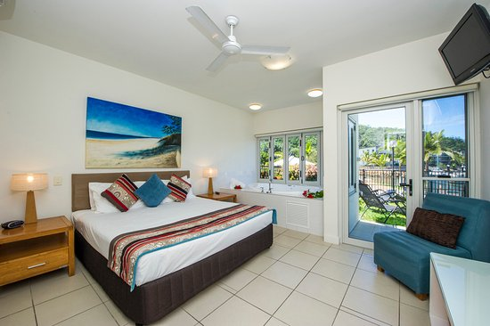 Beachside Magnetic Harbour Holiday Apartments : Master Bedroom with Spa of a Ground Floor Apartment