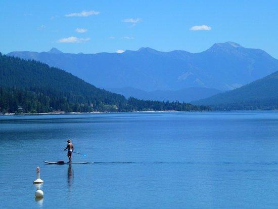 Balfour, Canadá: le lac Kootenay vu de la plage