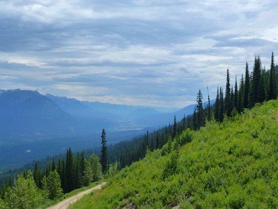 Golden, Kanada: Vue sur la vallée Columbia dans la montée du télécabine
