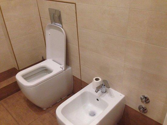 Bagno grande ma senza porta asciugamani e porta carta igienica no