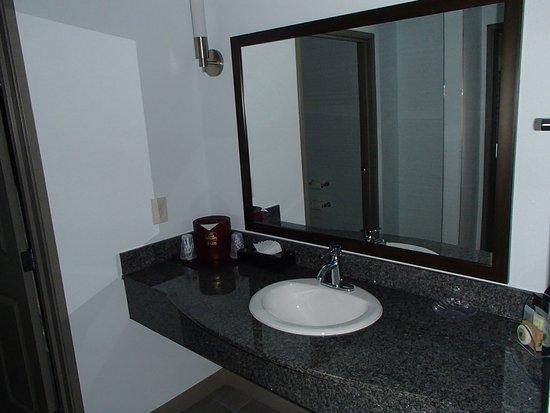 Gallup, Nuevo Mexico: Plenty of surface storage in the bathroom.