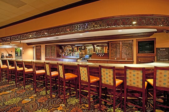 Holiday Inn Charleston-Mount Pleasant: The Three Oaks Lounge has ample space for our Guests.