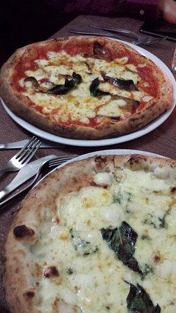 Baia, Italia: Pizza parmigiana + Pizza ai 4 formaggi