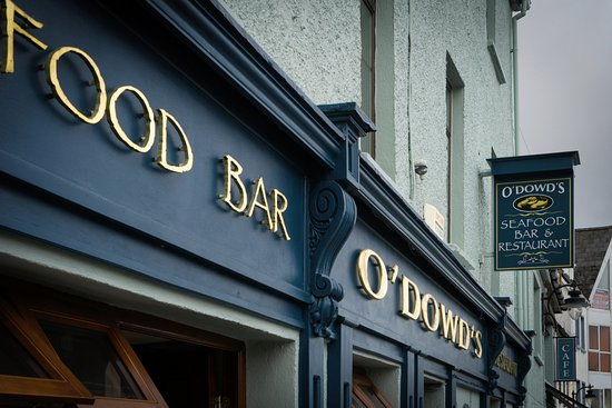 Roundstone, ไอร์แลนด์: La foto es del cartel de la puerta para poderlo identificar. En la calle principal. No tiene per