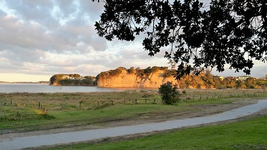 Orewa, Nuova Zelanda: View from motor camp towards cliffs across estuary