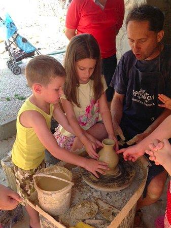 Alsopahok, Hungría: A közeli fazekasműhelyben kézműveskedtek a gyerekek, vázát készítettek.