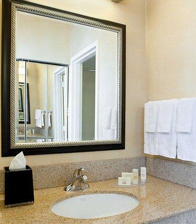 Tucker, Georgien: Guest Bathroom Vanity