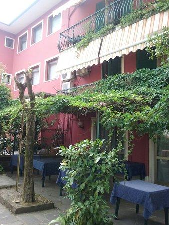 Monti Hotel: 20160817_092852_large.jpg