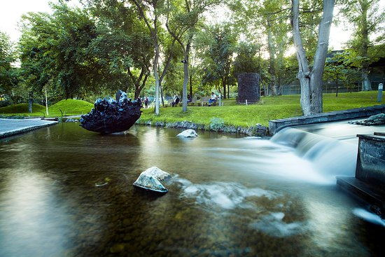 "Yerevan, Armenien: Park's waterfall and the ""Obsidian Heart"""
