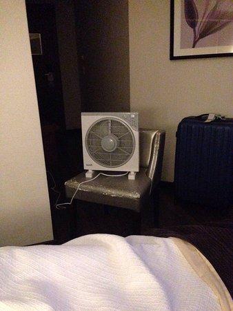 Luxe Hotel by Turim Hoteis: Compra de ventoinha porque sistema de ar condicionado não funciona.