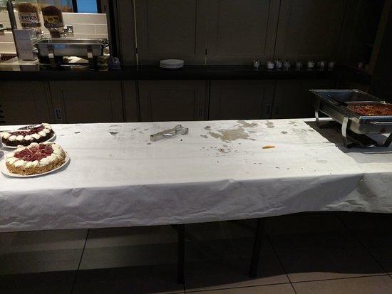 Ibis Belfast City Centre: Tavolo sgomberato dopo nemmeno mezzora. Qui c'erano a bollire le pentolacce da cui servivano il