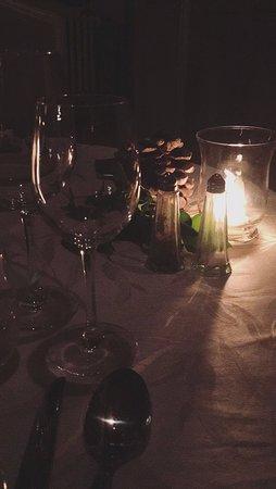 Roullens, França: Une très jolie table