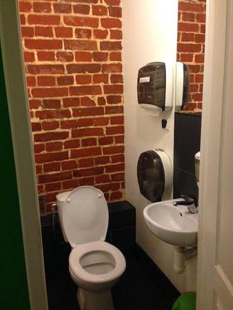 Naughty Squirrel Backpackers : toilet room