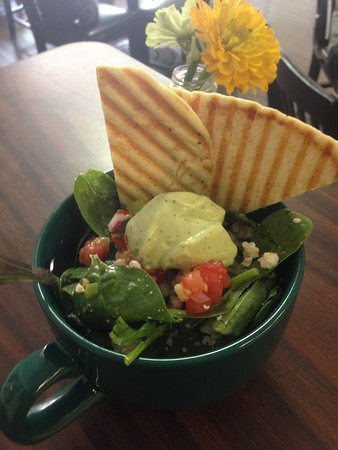 Urbanna, Вирджиния: Corn salsa spinach salad with green goddess dressing on special.