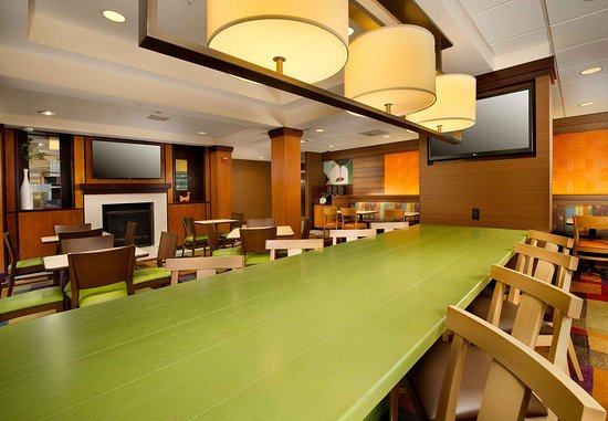 Germantown, MD: Communal Table and Dining Area