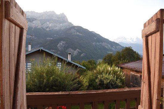 La Ferme d'Emilienne : Vista de las montañas de Sallanches con el Mont Blan al fondo al amanecer