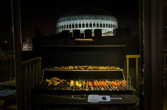 Caravan Hotel: BBQ at night
