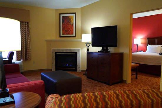 Altoona, PA: King suite living room