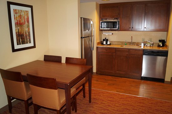 Altoona, Pensilvania: Suite Kitchenette and Wetbar