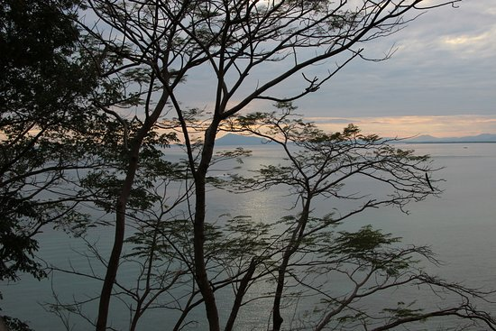 Ambanja, Madagascar: l'albeggiare dalla terrazza della camera