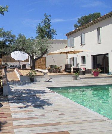 Zwembad en het terras van de nieuwe studio met terras photo de sous les oliviers en provence - Zwembad in het terras ...
