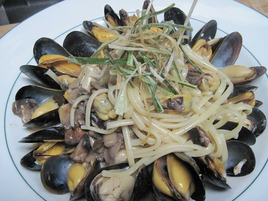 Churchill's Restaurant & Lounge: Seafood Linguine with Mussels
