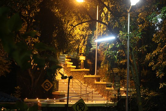 Chinmaya Mission: entrance to temple