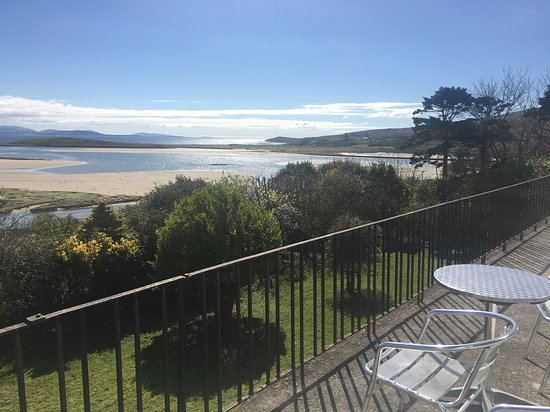 Mulranny, Ierland: Sip wine on our balcony