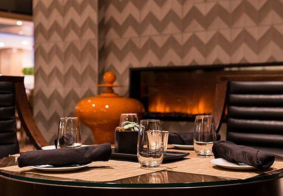 Melville, Nowy Jork: Greatroom Lounge - Fireplace