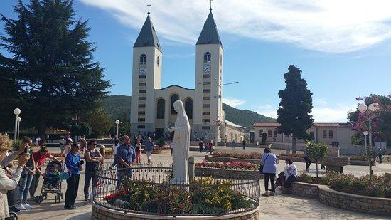 Medjugorje, Bósnia-Herzegovina: Chiesa di San Giacomo e statua della Madonna