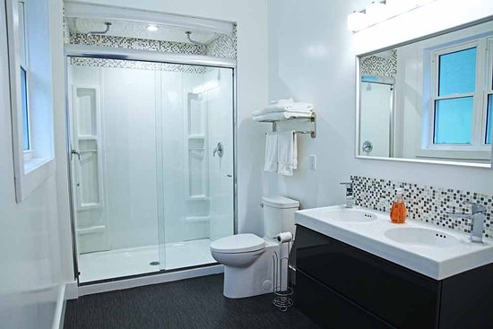 St. Catharines, Kanada: Bathrooms with 2 person showers