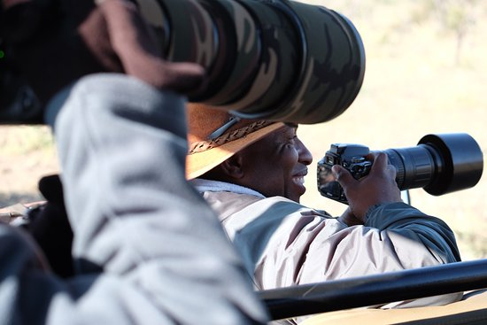 Madikwe Game Reserve, Sudáfrica: Head ranger Jonny surrounded by cameras