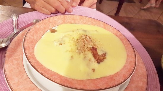 Estombar, Portugal: Homemade apple crumble with loads of delicious custard