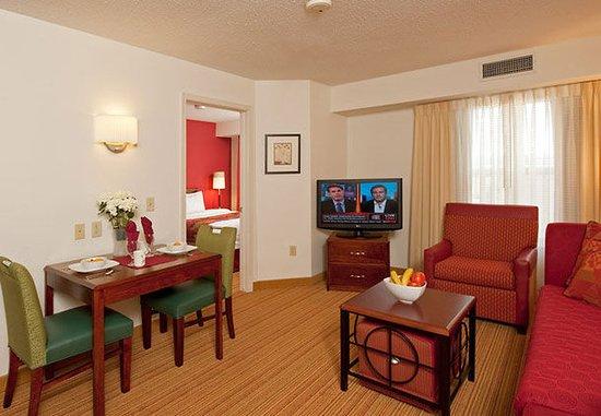 Grandville, Μίσιγκαν: One-Bedroom Suite Living Area