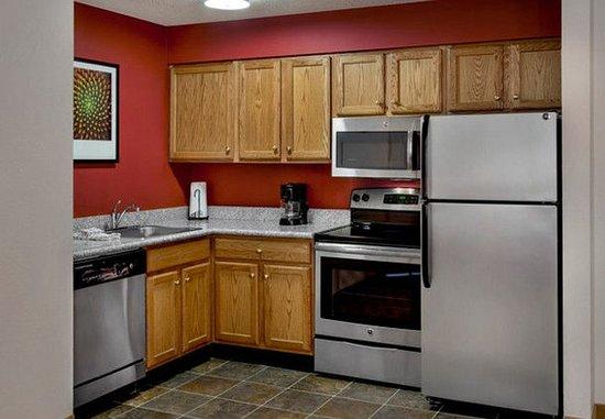 แอนโดเวอร์, แมสซาชูเซตส์: Executive Studio & Two-Bedroom Suite Kitchen