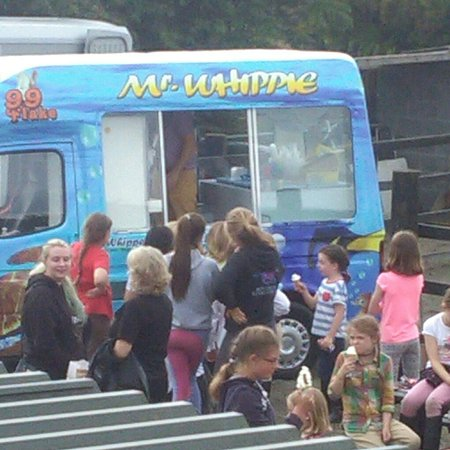 ‪‪Moycullen‬, أيرلندا: Cooling down with ice cream from Mr. Whippy to finish off our summer pony camp. Well done to eve‬