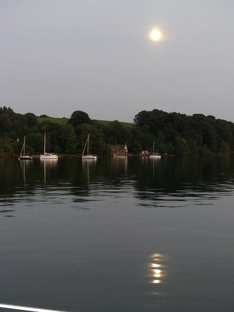 Bowness-on-Windermere, UK: Still out on the boat when the moon comes out
