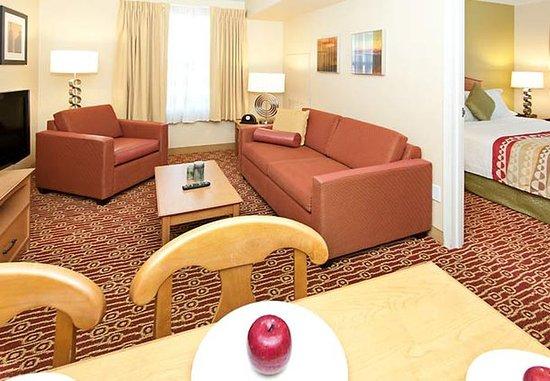 Rancho Cucamonga, Californien: Two-Bedroom Suite Living Area