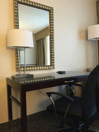 Carle Place, estado de Nueva York: Work comfortably from your room, and enjoy extra plug-in ports!