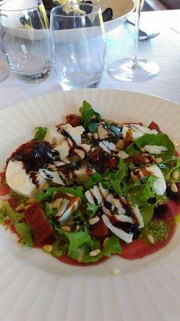 Les 4 Salines: Carpaccio con pomodorini secchi, formaggio fresco, rucola, pinoli, aceto balsamico..