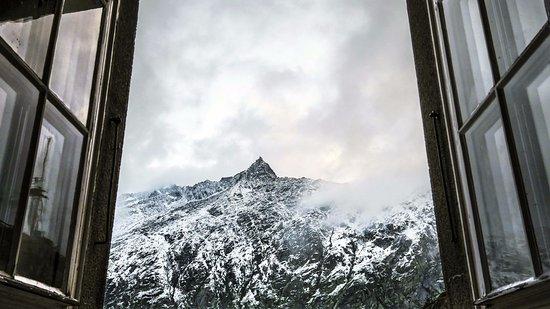 Guttannen, Suiza: vue de la chambre au petit matin.